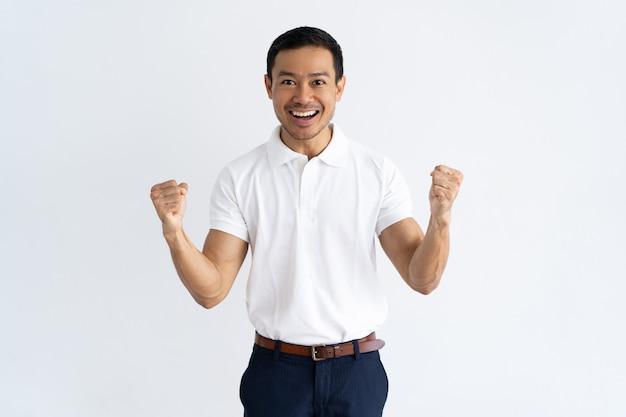Gelukkige succesvolle kerel die doel bereikt Gratis Foto