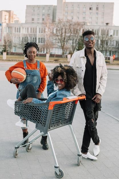 Gelukkige tieners die samen in openlucht stellen Gratis Foto