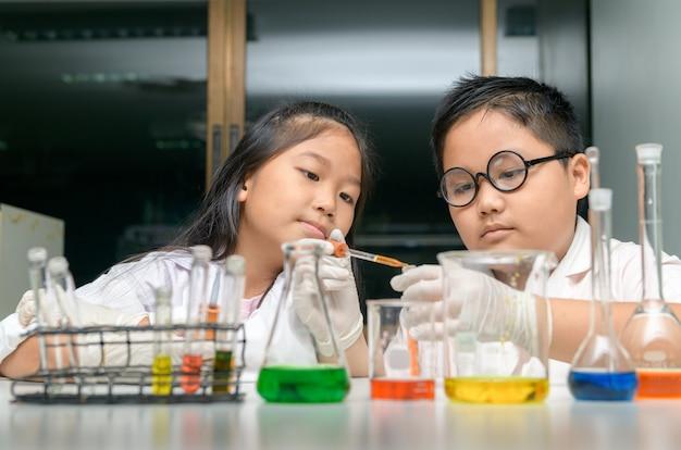 Gelukkige twee kinderen die wetenschapsexperimenten maken. Premium Foto