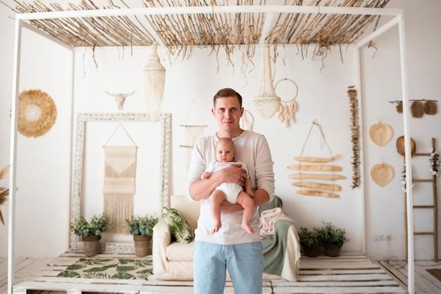 Gelukkige vader die pasgeboren houdt Gratis Foto
