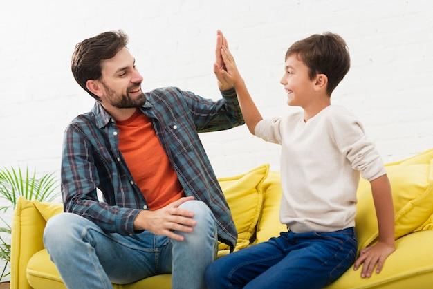 Gelukkige vader en zoon die elkaar bekijken Gratis Foto