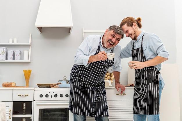 Gelukkige vader en zoon koffie drinken Gratis Foto