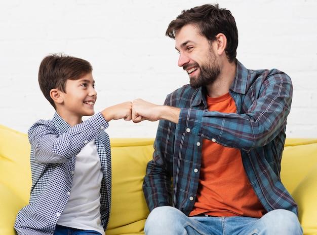 Gelukkige vader en zoon sloegen de vuisten Gratis Foto