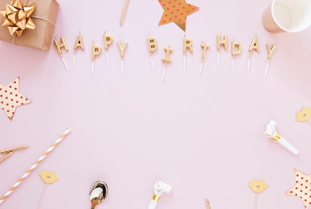 Gelukkige verjaardag belettering op roze achtergrond Gratis Foto