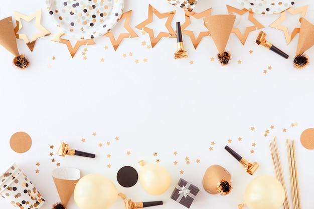 Gelukkige verjaardag en cadeau achtergrond met gouden decoraties, ballonnen en confetti Premium Foto