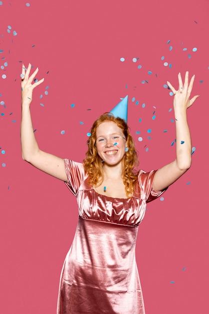 Gelukkige verjaardag meisje confetti gooien Gratis Foto
