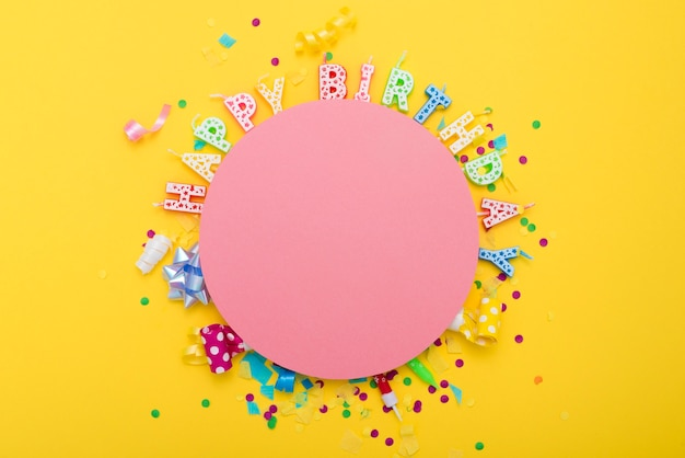 Gelukkige verjaardag van letters rond roze cirkel Gratis Foto