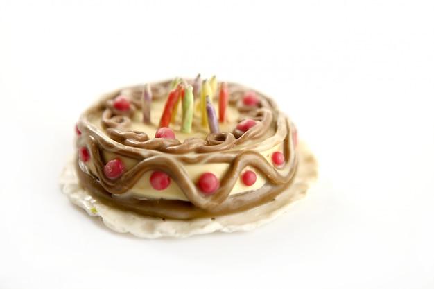 Gelukkige verjaardagscake van de plasticine van het stuk speelgoed over wit Premium Foto