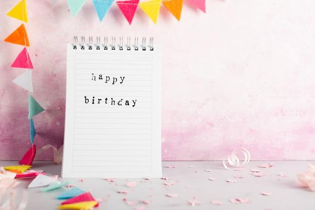 Gelukkige verjaardagswens op notitieboekje met exemplaarruimte Gratis Foto