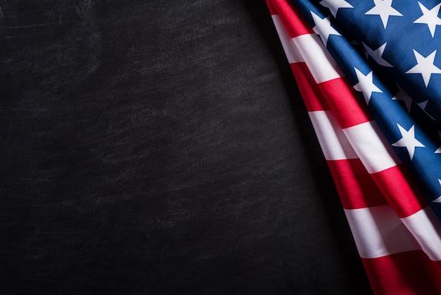 Gelukkige veteranendag. amerikaanse vlaggen tegen een bordachtergrond. Premium Foto