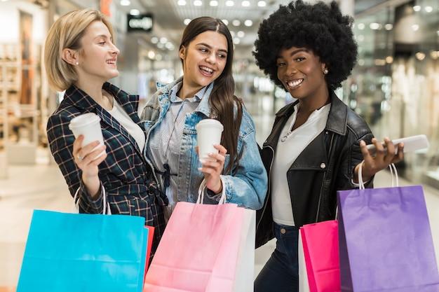 Gelukkige volwassen vrouwen die samen winkelen Gratis Foto