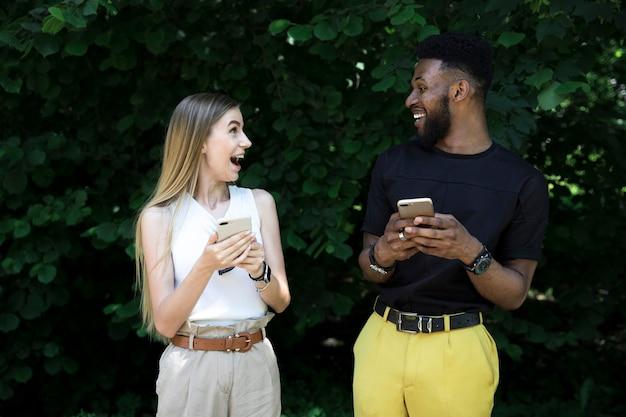 Gelukkige vrienden die elkaar bekijken Gratis Foto