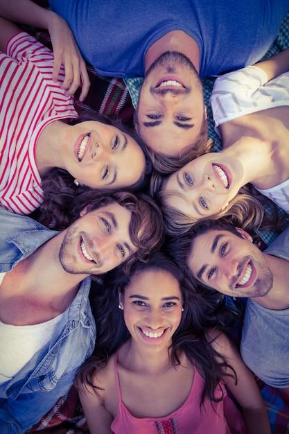 Gelukkige vrienden in een park die in cirkel samenkomen Premium Foto