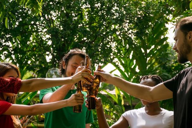 Gelukkige vrienden met barbecuepartij in de natuur Premium Foto