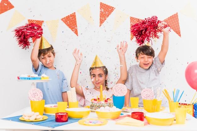 Gelukkige vrienden met feestvarken die verjaardagsviering genieten van Gratis Foto