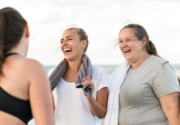 Gelukkige vrienden op het strand Gratis Foto
