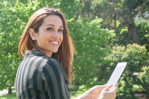 Gelukkige vrolijke bedrijfsdame die tablet gebruiken Gratis Foto