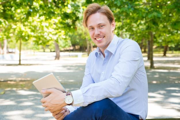 Gelukkige vrolijke jonge zakenman met tablet Gratis Foto