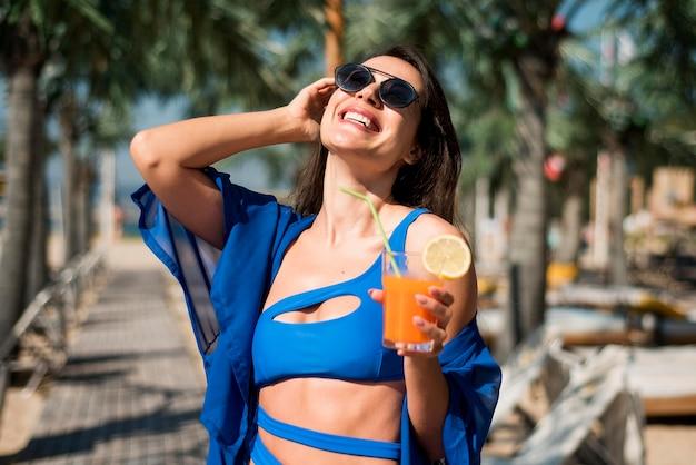 Gelukkige vrouw bij strand Gratis Foto