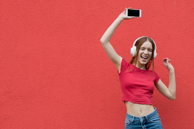Gelukkige vrouw die aan muziek luistert Gratis Foto