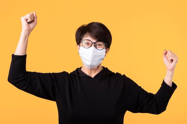 Gelukkige vrouw die de strijd tegen het coronavirus wint Premium Foto
