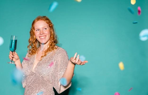 Gelukkige vrouw feesten met kopie ruimte Gratis Foto