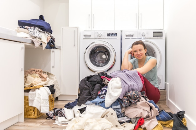 Gelukkige vrouw in een moderne wasruimte Premium Foto