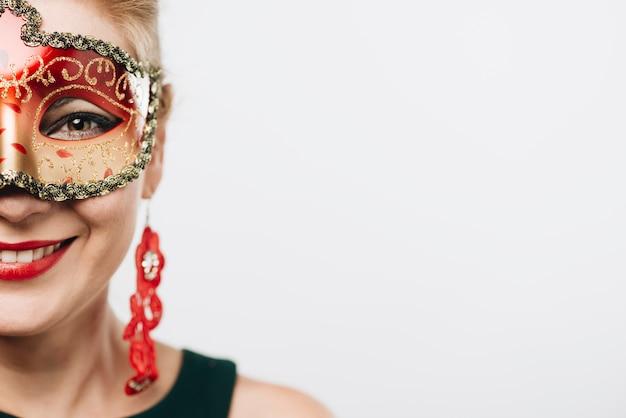 Gelukkige vrouw in helder rood carnaval-masker Gratis Foto