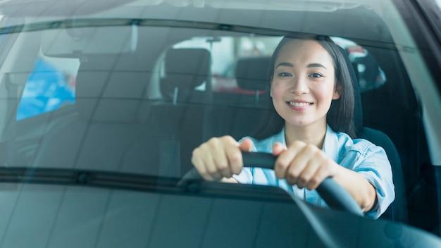 Gelukkige vrouw in het autohandel drijven Gratis Foto