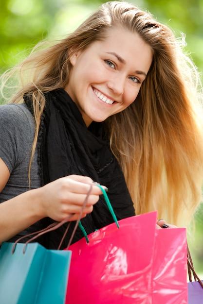 Gelukkige vrouw met boodschappentassen Gratis Foto