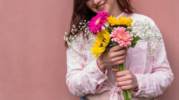 Gelukkige vrouw met een bos van bloemen Gratis Foto