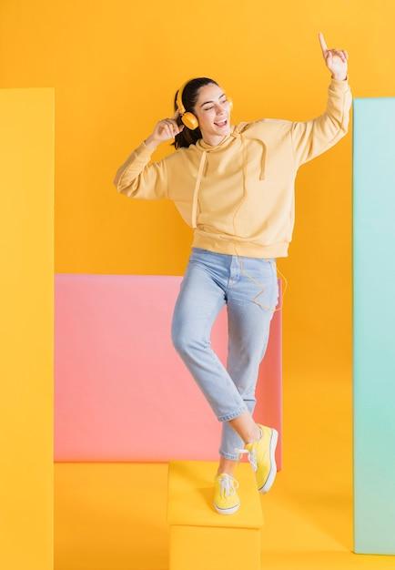 Gelukkige vrouw met een koptelefoon Gratis Foto