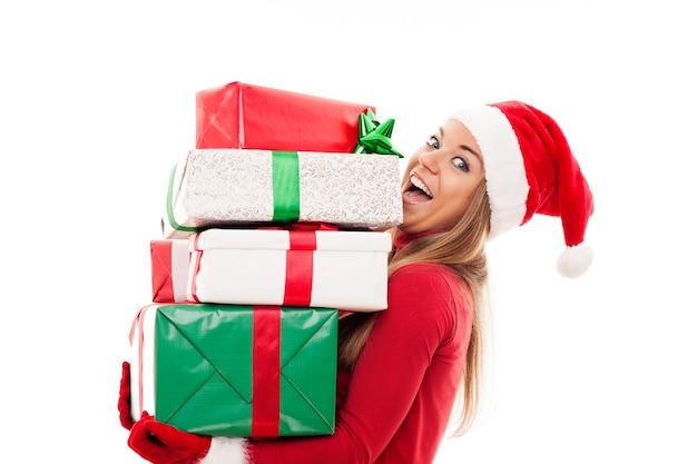 Gelukkige vrouw met kerstmisgiften Gratis Foto
