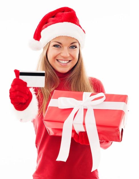 Gelukkige vrouw met rode gift en creditcard Gratis Foto