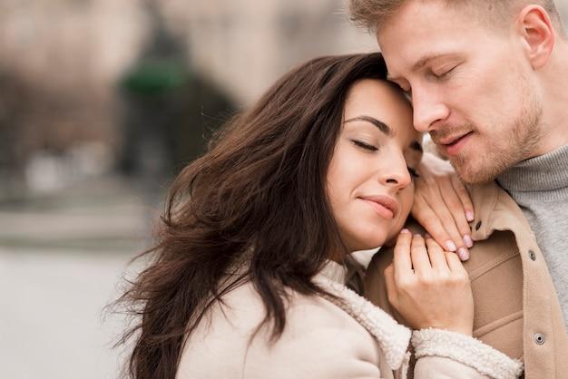 Gelukkige vrouw poseren met knappe man Gratis Foto