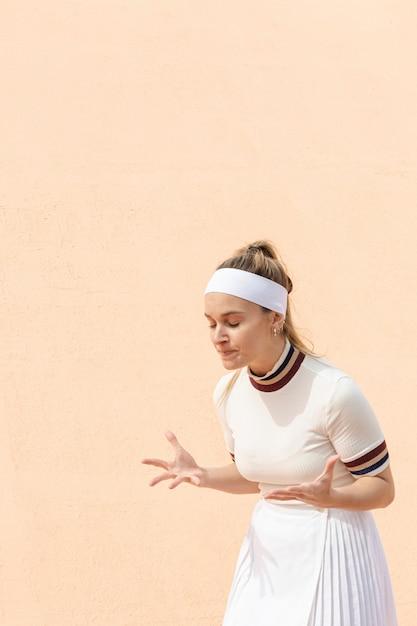 Gelukkige vrouw tennisspeler van wedstrijdresultaten Gratis Foto
