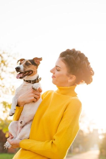 Gelukkige vrouw verliefd op haar puppy | Gratis Foto
