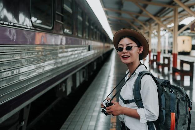 Gelukkige vrouwen die op de trein, vakantie, reisideeën reizen. Gratis Foto