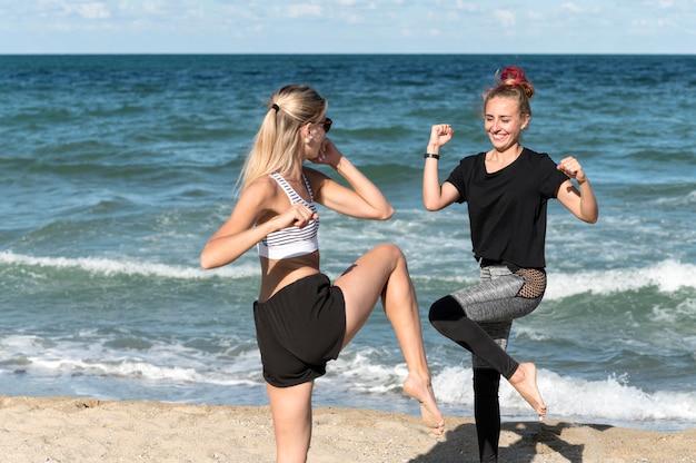 Gelukkige vrouwen die samen buiten trainen Gratis Foto
