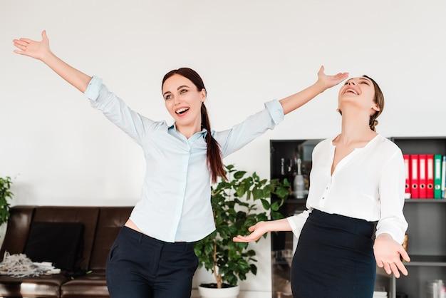 Gelukkige vrouwen op kantoor Premium Foto