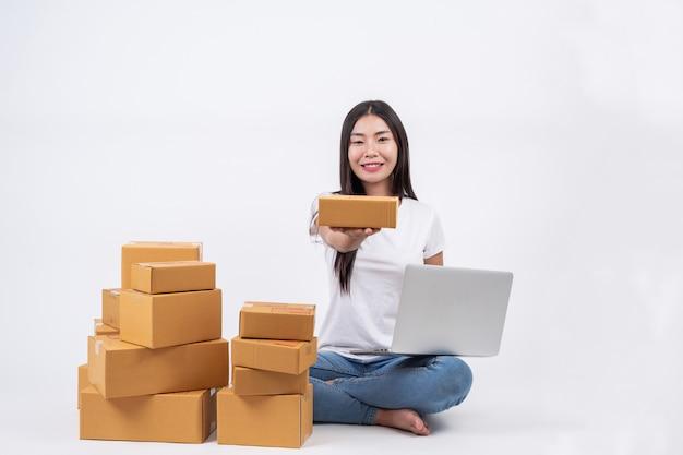 Gelukkige vrouwen van het bestellen van producten van klanten, ondernemers die thuis werken op een witte achtergrond Gratis Foto