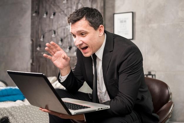 Gelukkige zakenman die videoconferentie heeft Gratis Foto