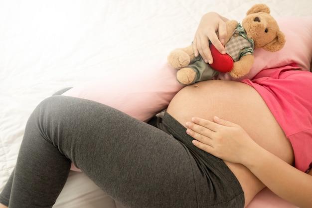 Gelukkige zwangere vrouw en baby verwacht. Premium Foto