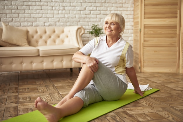 Gemakkelijke training voor gepensioneerde vrouwenrevalidatie. Premium Foto