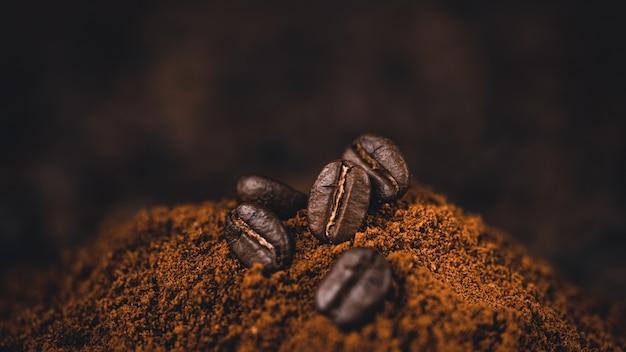 Gemalen koffie in een lepel op de achtergrond Premium Foto