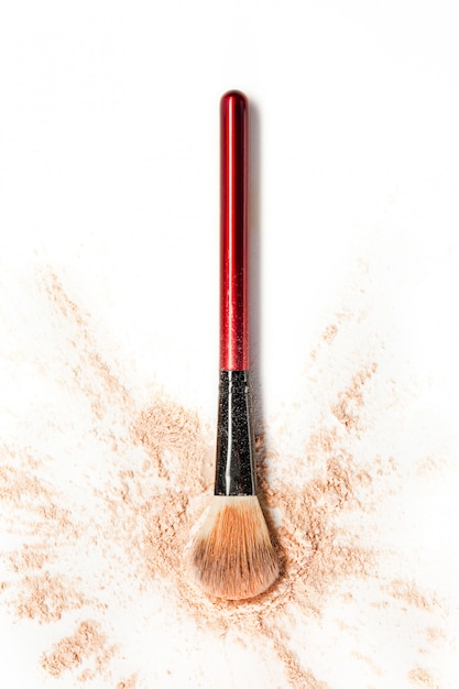 Gemalen mineraal glinsterende poeder met make-upborstel Gratis Foto