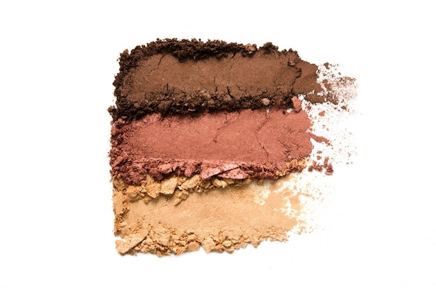 Gemalen oogschaduw make-up set geïsoleerd. het concept van mode- en schoonheidsindustrie. Premium Foto