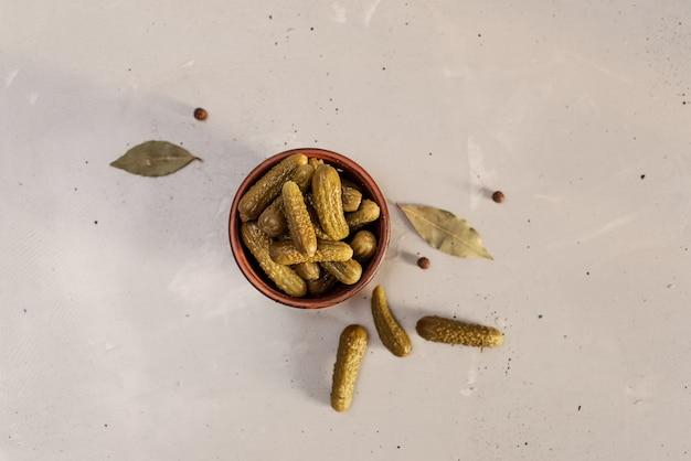 Gemarineerde augurken van komkommer. augurken met mosterd en knoflook op een steen Premium Foto