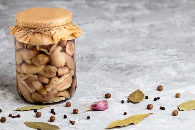 Gemarineerde champignons kunnen. ingeblikte champignonpot. bewaard bos eekhoorntjesbrood met kopie ruimte. Premium Foto