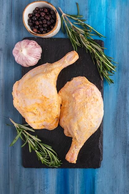 Gemarineerde kippendijkruiden. bovenaanzicht detailopname Premium Foto